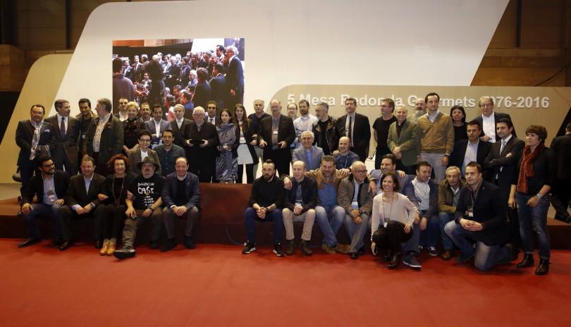 """GRA337. MADRID, 04/04/2016.- Foto de familia de los asistentes a la mesa redonda """"40 años de evolución en la cocina"""" durante el Salón de Gourmets, la feria de referencia en gastronomía de alta calidad en Europa, que se celebra desde hoy en Madrid. EFE/Kiko Huesca"""