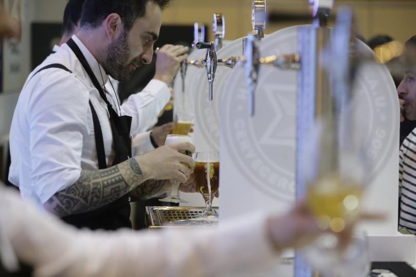 GRA202. MADRID, 05/04/2016.- Tercer campeonato de España de tiraje de cerveza, en el marco del Salón de Gourmets, la feria de referencia en gastronomía de alta calidad en Europa, que celebra desde hoy en Madrid su trigésima edición. El Salón de Gourmets, Feria Internacional de Alimentación y Bebidas de Calidad, es el mayor evento europeo dedicado a los productos delicatessen, la mejor plataforma de las firmas de calidad del sector agroalimentario y de sus procesos de innovación. EFE/Emilio Naranjo