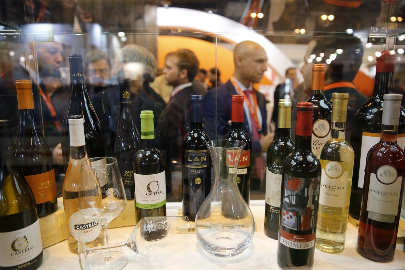 GRA228. MADRID, 04/04/2016.- Selección de vinos en uno de los stand del 30 Salón de Gourmets, Feria Internacional de Alimentos y Bebidas de Calidad, inaugurado hoy en Madrid. EFE/Mariscal