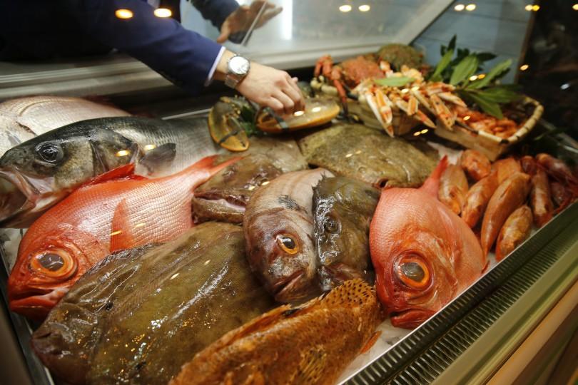 GRA232. MADRID, 04/04/2016.- Selección de pescados y mariscos en el 'stand' de Galicia en el 30 Salón de Gourmets, Feria Internacional de Alimentos y Bebidas de Calidad, inaugurado hoy en Madrid. EFE/Mariscal