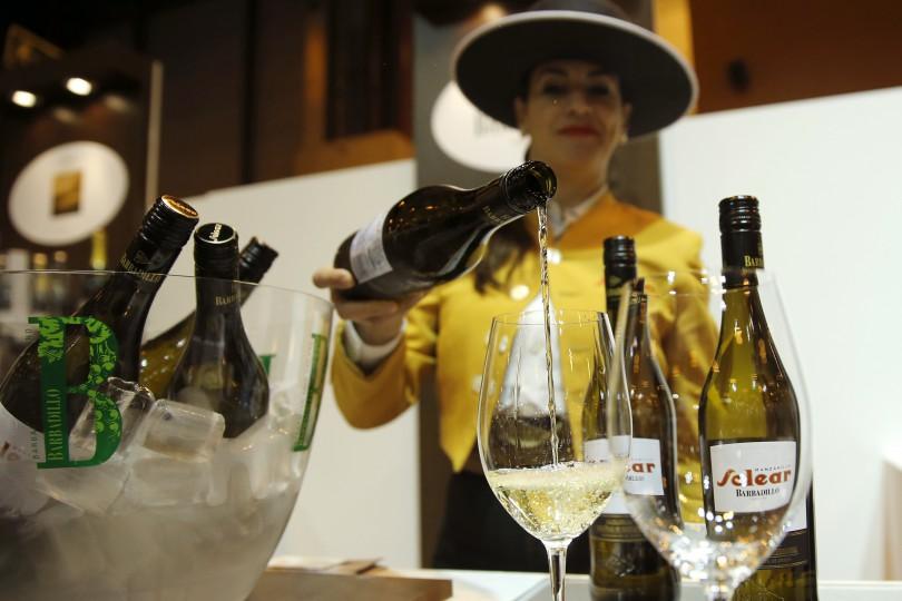 GRA227. MADRID, 04/04/2016.- Degustación de manzanilla en uno de los 'stand' del 30 Salón de Gourmets, Feria Internacional de Alimentos y Bebidas de Calidad, inaugurado hoy en Madrid. EFE/Mariscal